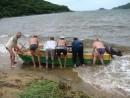 после шторма, лодка полная воды, наши друзья помагают ее перевернуть чтобы вылить воду,  бухта идол