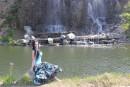 Шамора.инфо на фоне водопадов на острове Русском.