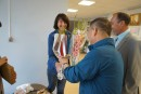 Ваш покорный слуга и заместитель мэра Хуньчуня вручают цветы художникам