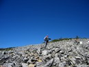 Спуск с вершины. До стоянки № 8 идти еще достаточно далеко, но надо идти.
