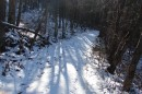 04.Дорога по склону. Далее дорога идет с небольшим подъемом вверх. На склоне лежит снег около 10-15 см.