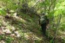 04.Подъем на хребет. Проехав от деревни по очень плохой лесной дороге (в дождь на ВД не проедешь) до поляны 4 км, оставили машину и пошли пешком. Прошли вдоль ручья Галанта 2 км и полезли вправо в лоб на хребет по «крутяку» градусов 60.