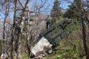07.Разбившийся самолет. Перед выходом на каменные россыпи обнаружили рядом с тропой остатки разбившегося самолета. Самолет-торпедоносец с бортовым номером 30800109 разбился в 1955 году. Весь экипаж погиб.