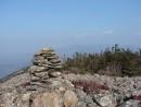 13.Пирамидка на вершине. На заднем плане видно вершины Ливадийского хребта: Лысый Дед, Пидан, Фалаза.
